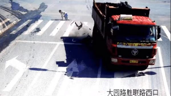 Un hombre se salva por los pelos de la embestida de un camión en pleno movimiento - Sputnik Mundo