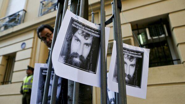 Carteles con la imagen de Santiago Maldonado, activista argentino desaparecido - Sputnik Mundo