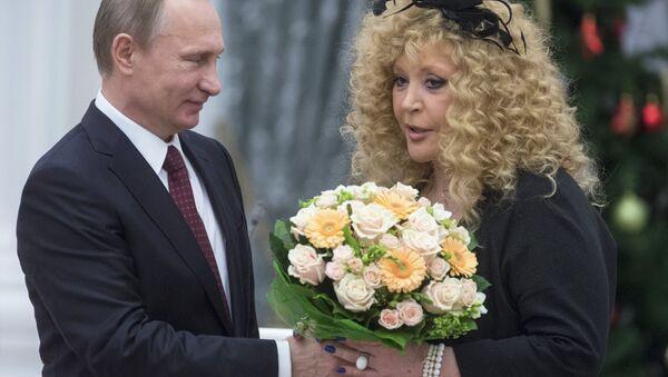 Vladímir Putin, presidente de Rusia y  Ala Pugachova cantante rusa - Sputnik Mundo