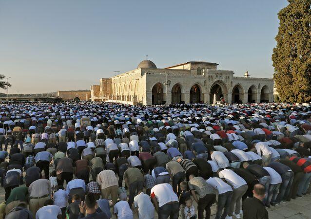 Musulmanes rezan en la Explanada de las Mezquitas en Jerusalén