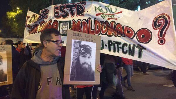 Manifestantes reclaman conocer el paradero del activista desaparecido Santiago Maldonado, en el Estadio Centenario de Montevideo, en el partido Uruguay - Argentina por las eliminatorias hacia Rusia 2018. - Sputnik Mundo