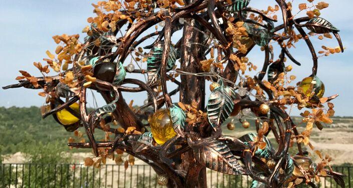 Una escultura en ámbar cerca de la cantera de la que se extrae
