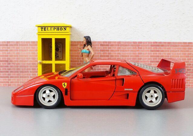 Un modelo de coche con una muñeca (imagen referencial)