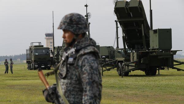 Las Fuerzas de Autodefensa de Japón muestran los sistemas de misiles interceptores THAAD PAC-3 en la base a'erea estadounidense de Yokota, 29 de agosto de 2017 - Sputnik Mundo