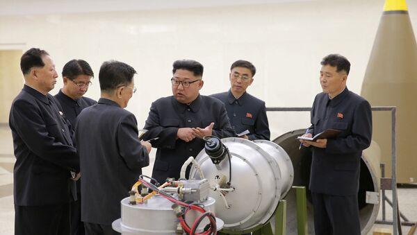 El líder norcoreano, Kim Jong-Un, inspecciona el programa de armas nucleares (archivo) - Sputnik Mundo
