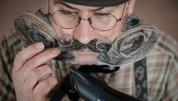 Un hombre acicala su bigote (archivo) - Sputnik Mundo