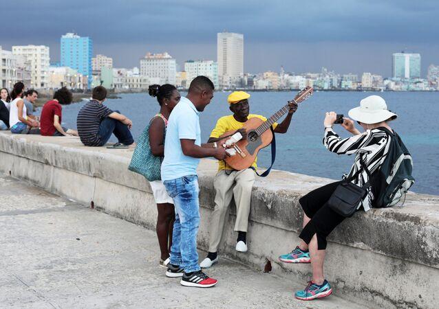 Cubanos y turistas en La Habana