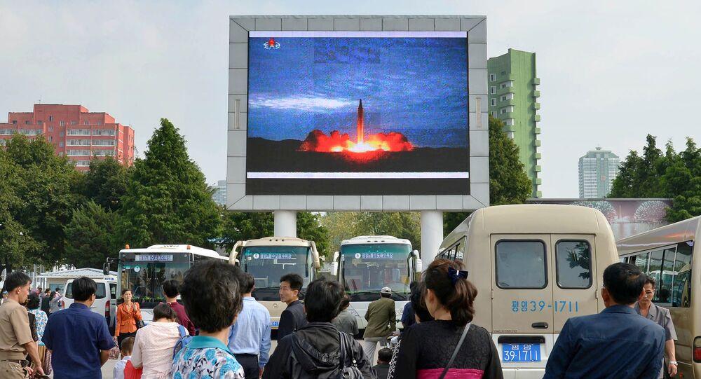 Los norcoreanos, viendo el lanzamiento del misil balístico, en Pyongyang (archivo)