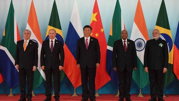 Los líderes de los países de los BRICS durante la IX cumbre del bloque, en China - Sputnik Mundo