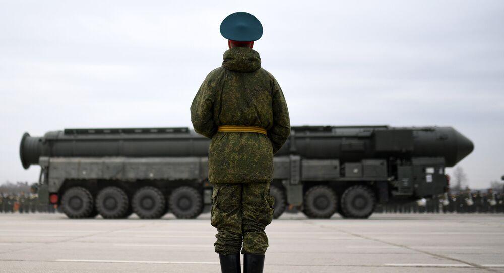 Un soldado ruso y el sistema de misiles balísticos Yars (archivo)
