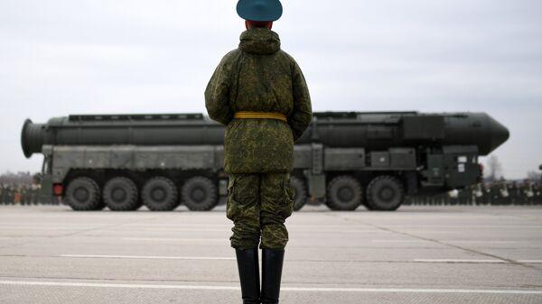 Un soldado ruso y el sistema de misiles balísticos Yars (archivo) - Sputnik Mundo