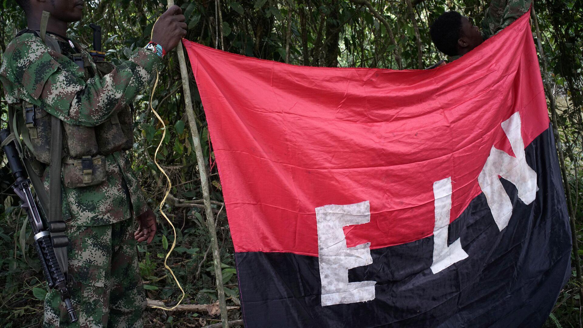Los rebeldes del Ejército de Liberación Nacional (ELN) sostienen un estandarte en las selvas del noroeste de Colombia - Sputnik Mundo, 1920, 21.09.2020
