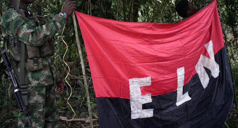 Los rebeldes del Ejército de Liberación Nacional (ELN) sostienen un estandarte en las selvas del noroeste de Colombia (archivo)