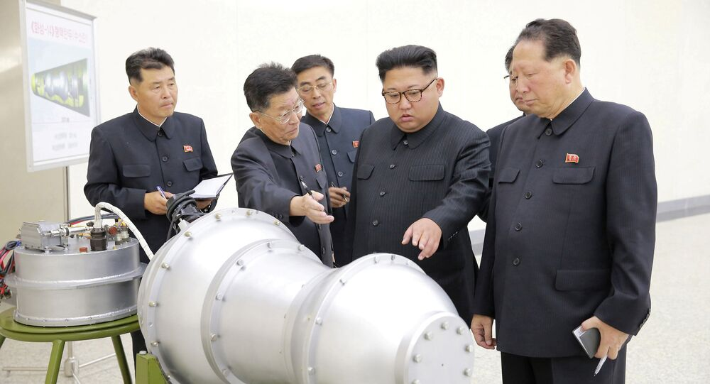 Kim Jong-un, líder norcoreano estudia la construcción de un arma nuclear (archivo)