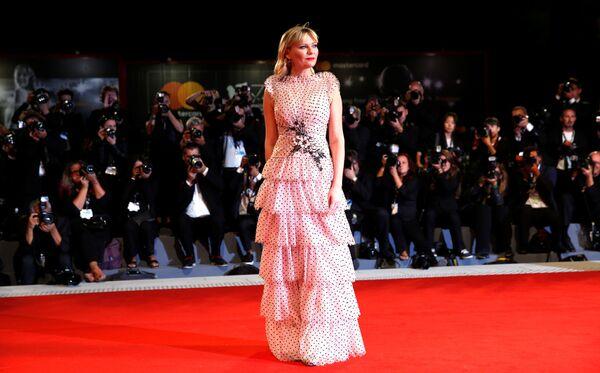 Seda, gasa y lentejuelas: los atuendos más memorables del Festival Internacional de Cine de Venecia - Sputnik Mundo