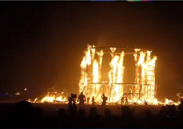 Hombre se lanza al fuego en el festival Burning Man, en Nevada (EEUU)
