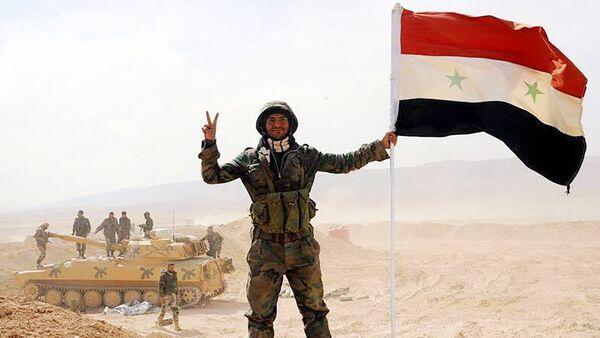 Un soldado del Ejército sirio en Deir Ezzor - Sputnik Mundo