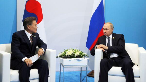 Presidente de Corea del Sur, Moon Jae-in, y presidente de Rusia, Vladímir Putin - Sputnik Mundo