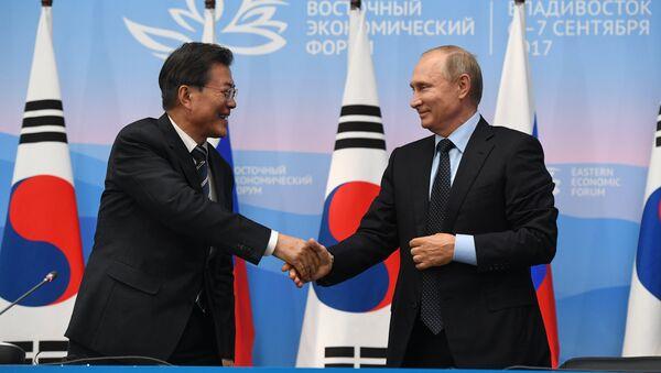 El presidente de Rusia, Vladímir Putin con el presidente surcoreano, Moon Jae-in - Sputnik Mundo