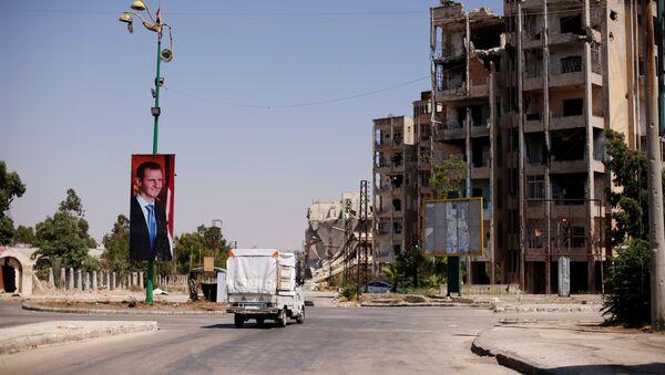 El retrado de Bashar Asad, presidente sirio, en la ciudad de Homs, Siria (archivo) - Sputnik Mundo