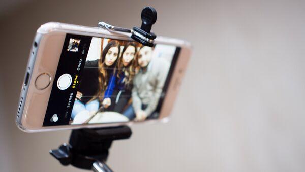 Jóvenes se hacen un selfi - Sputnik Mundo