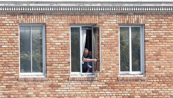 Personas desconocidas en la ventana del Consulado de Rusia en San Francisco, EEUU - Sputnik Mundo