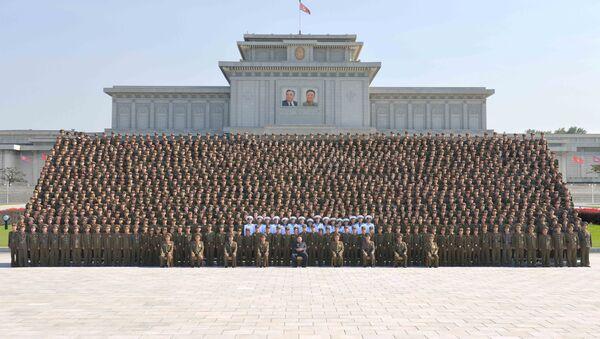 Kim Jong-un, líder de Corea del Norte, con militares jóvenes - Sputnik Mundo