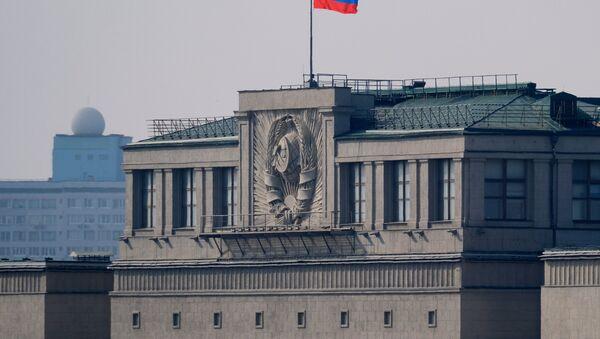 El parlamento de Rusia con la bandera del país - Sputnik Mundo