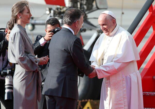 El presidente de Colombia; Juan Manuel Santos junto al papa Francisco en Palacio de Nariño