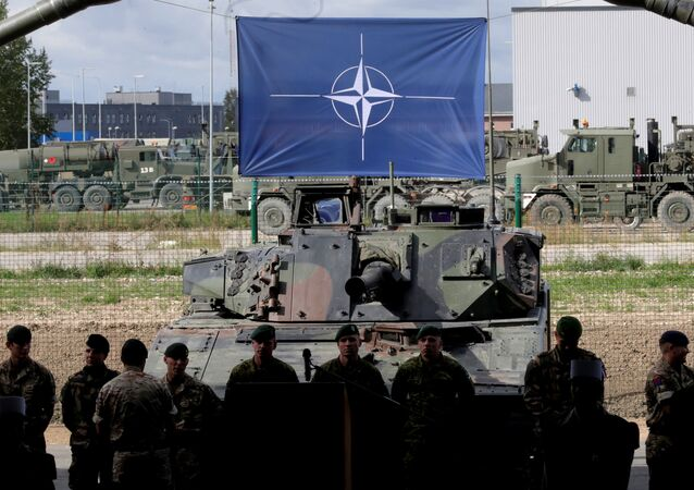 La bandera de la OTAN (archivo)
