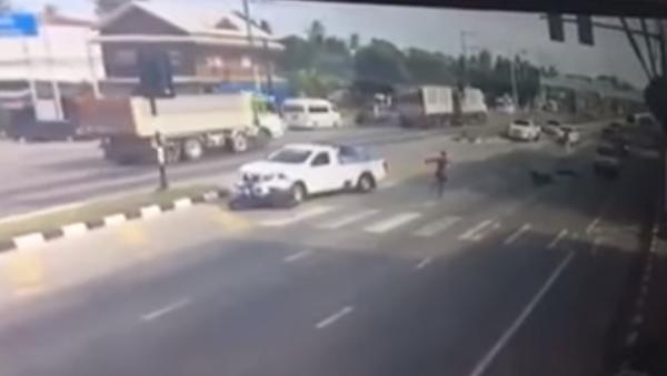 Un tailandés disfrazado de 'spiderman' salvó la vida de un motociclista - Sputnik Mundo