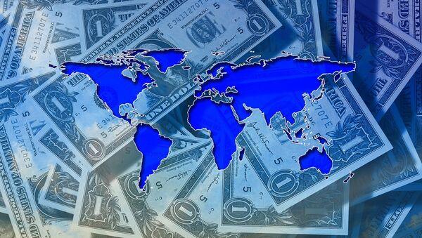 Un mapamundi sobre varios billetes de 1 dólar - Sputnik Mundo