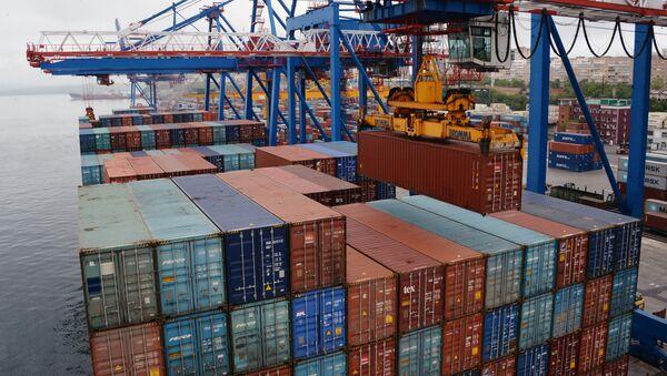 Los contenedores en el puerto de Vladovostok, Rusia (imagen referencial) - Sputnik Mundo
