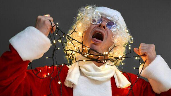 Un 'santa' trata de suicidarse con luces de Navidad - Sputnik Mundo