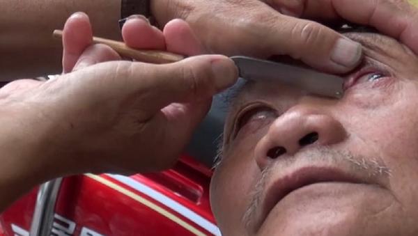¡Hazte un original 'peeling' ocular! Un barbero utiliza un cuchillo para limpiar los ojos - Sputnik Mundo
