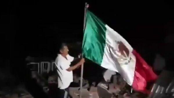 Mexicano se convierte en héroe popular al rescatar la bandera del país de las ruinas - Sputnik Mundo