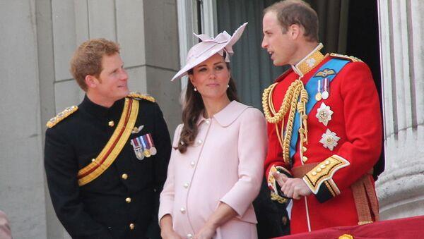 The Duke and Duchess of Cambridge, Prince George of Cambridge, and Prince Harry on the balcony of Buckingham Palace, June 2013 - Sputnik Mundo