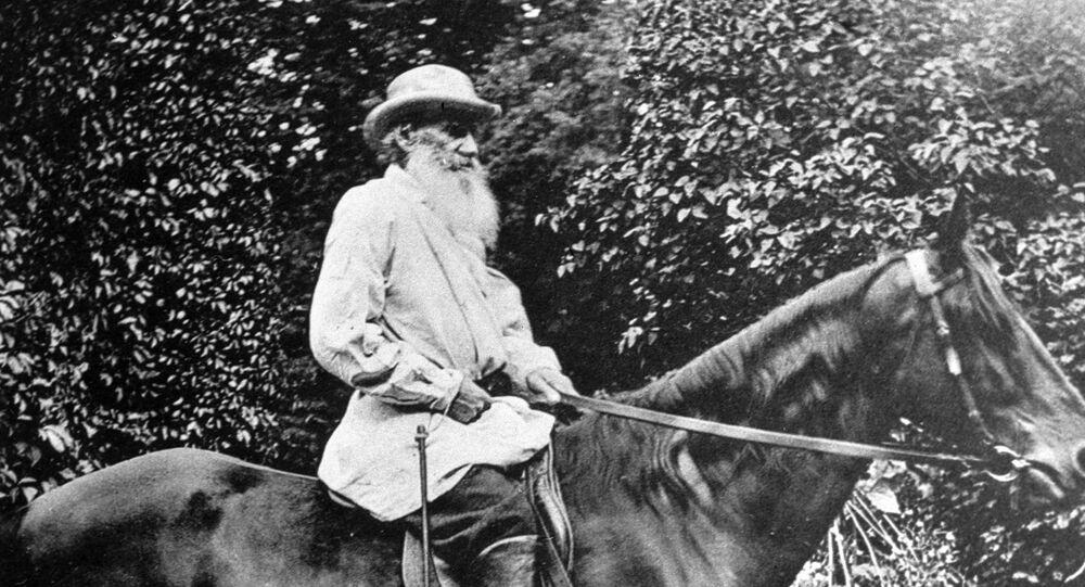 León Tolstói, montando un caballo, en su finca Yásnaya Poliana
