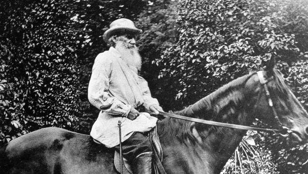 León Tolstói, montando un caballo, en su finca Yásnaya Poliana - Sputnik Mundo