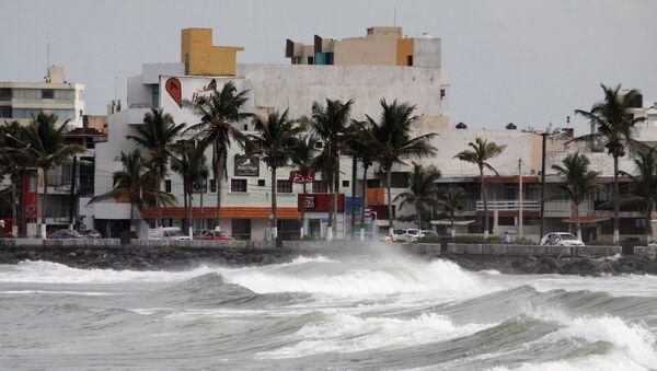 Waves break over the sea wall ahead of Hurricane Katia in Veracruz, Mexico - Sputnik Mundo