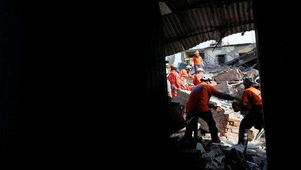 Rescue workers known as Topos Azteca clear debris after an earthquake struck the southern coast of Mexico late on Thursday, in Juchitan, Mexico - Sputnik Mundo