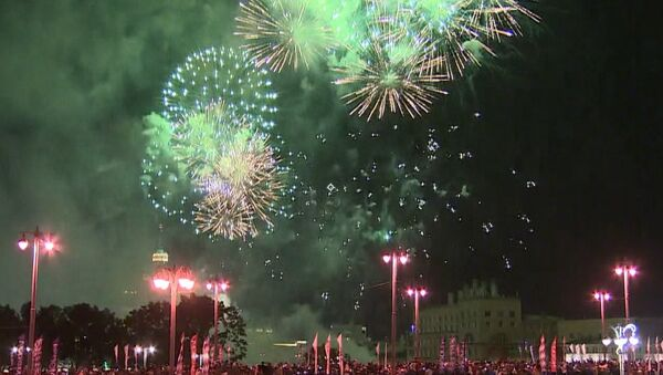 Fuegos artificiales adornan el cielo de Moscú en su 870 aniversario - Sputnik Mundo
