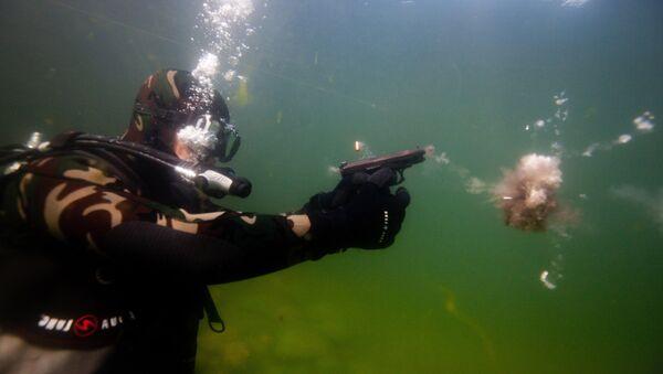 Pruebas de tiro bajo el agua con la pistola GSh-18 (archivo) - Sputnik Mundo