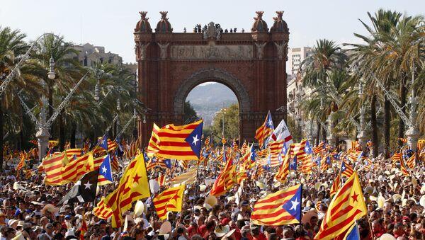 La gente celebrando el Día de Cataluña con las banderas independistas (archivo) - Sputnik Mundo