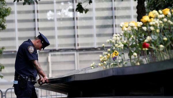Un policía junto al Memorial conmemorativo a las víctimas del 11-S en Nueva York, EEUU - Sputnik Mundo