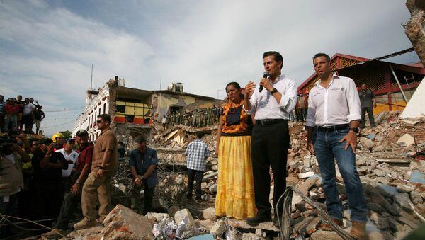 Enrique Peña Nieto, presidente de México, visitando las zonas afectadas por el terremoto - Sputnik Mundo