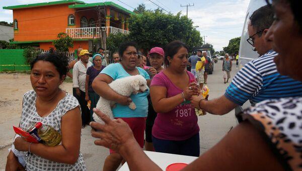 Los mexicanos reciben ayuda humanitaria tras el terremoto - Sputnik Mundo