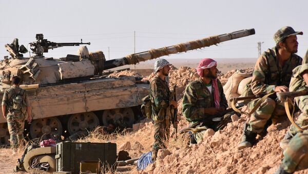 Syrian pro-government forces hold a position near the village of al-Maleha, in the northern countryside of Deir Ezzor, on September 9, 2017, during the ongoing battle against Islamic State (IS) group jihadists - Sputnik Mundo