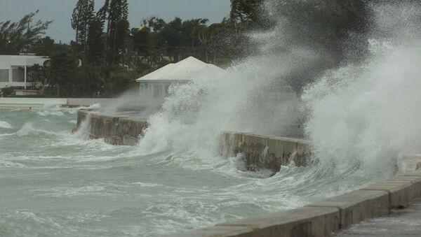 El mar inunda un dique en Nassau, Bahamas - Sputnik Mundo