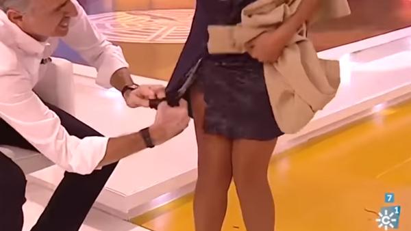 Un presentador español despierta indignación tras cortar en directo el vestido de su colega - Sputnik Mundo